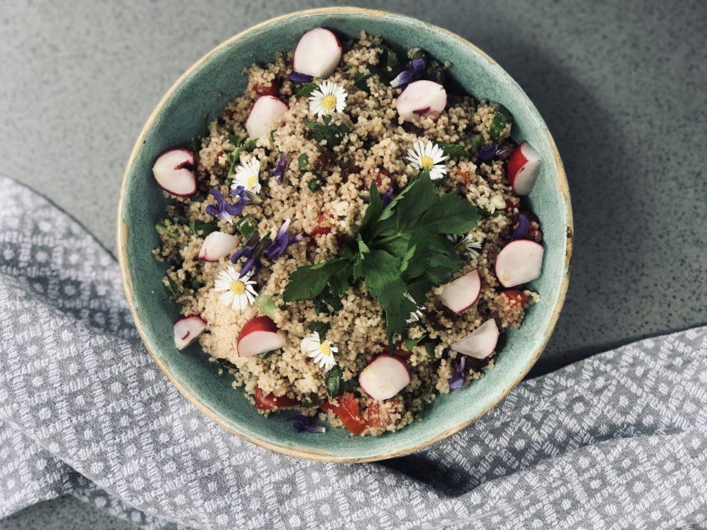 Grill-Salat mit Sommerblüten